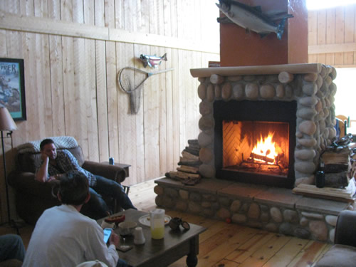 lodge-fireplace-alaska-home